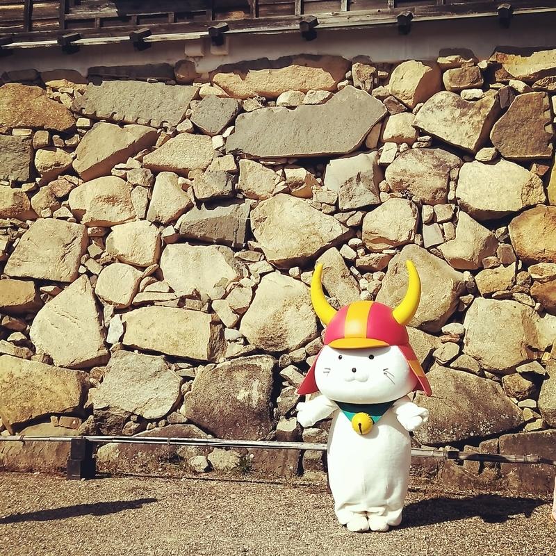 彦根城の前でポーズをとるひこにゃん