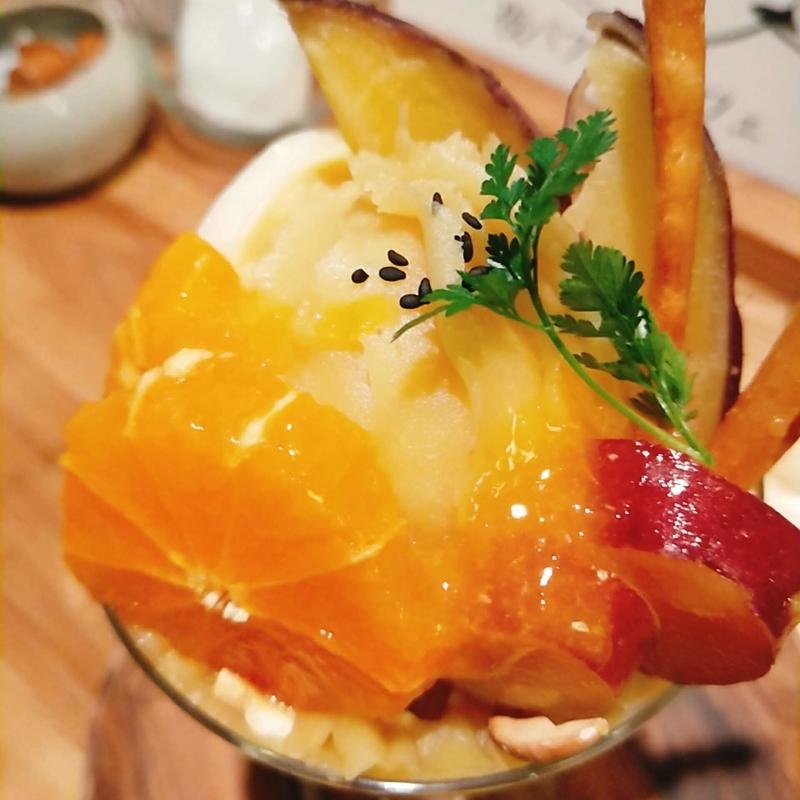 滋賀県草津市にある夜パフェ&カフェウノのお芋とみかんのパフェのアップ