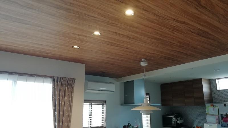 天井に木目クロスを貼る