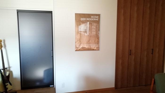ポスターを壁に飾り付けて、目線が行くように演出