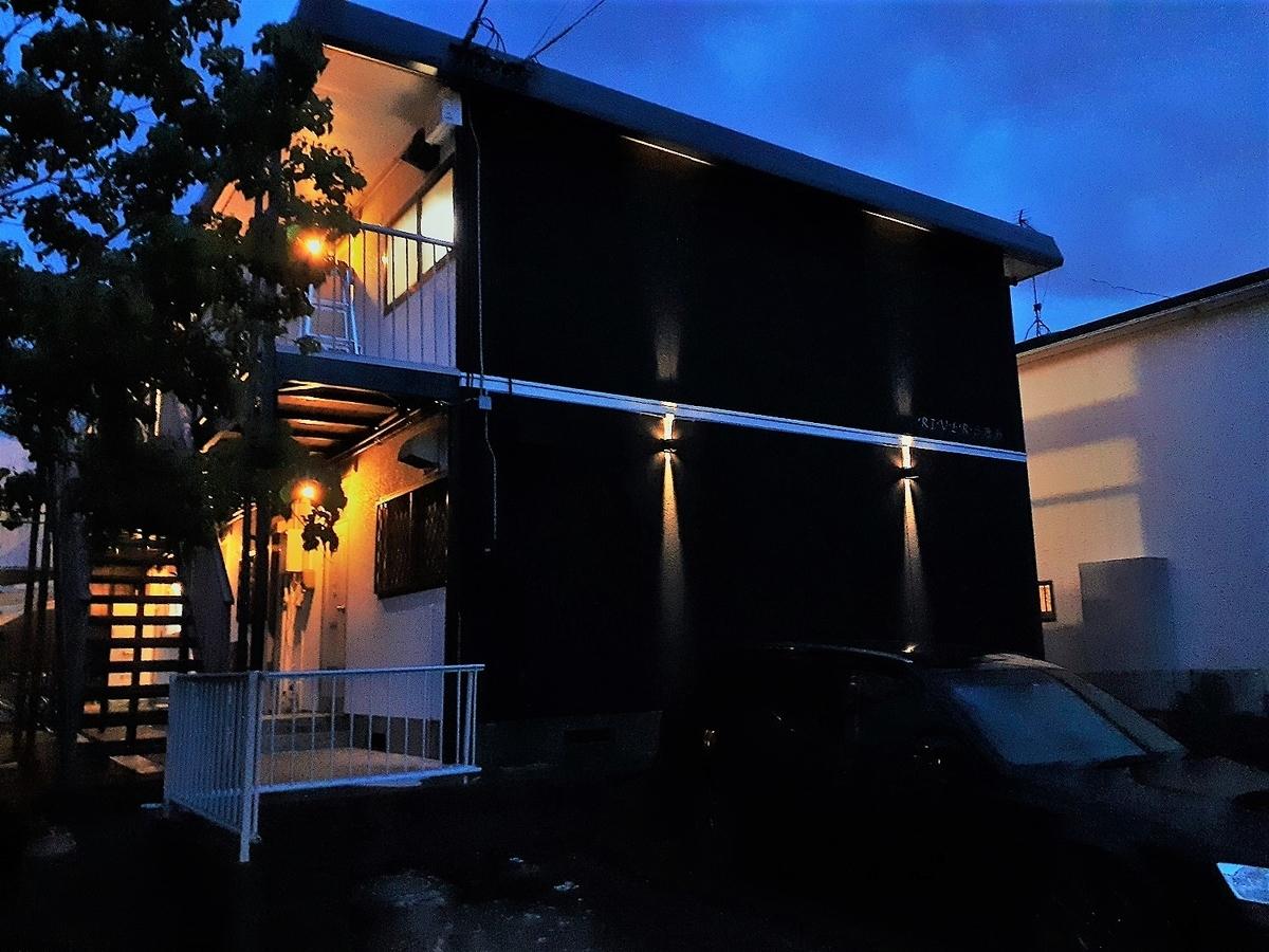 共用灯無しの真っ暗アパートに共用灯設置、おしゃれなライティングに。