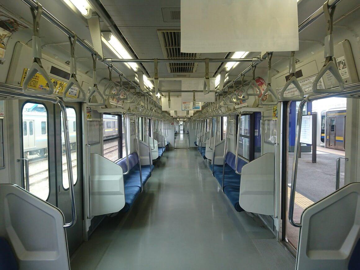 クジラの解体場の最寄り駅まで向かう電車の車内