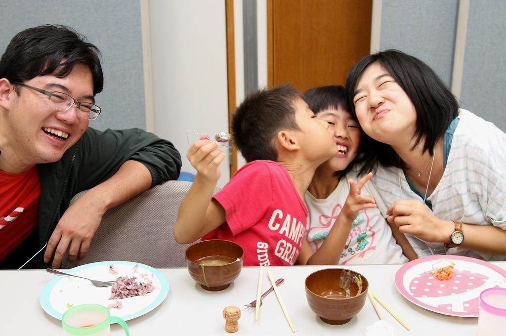 第1回レスパイト旅行での一コマ。夕食時にじゃれ合う子どもたちとスタッフ