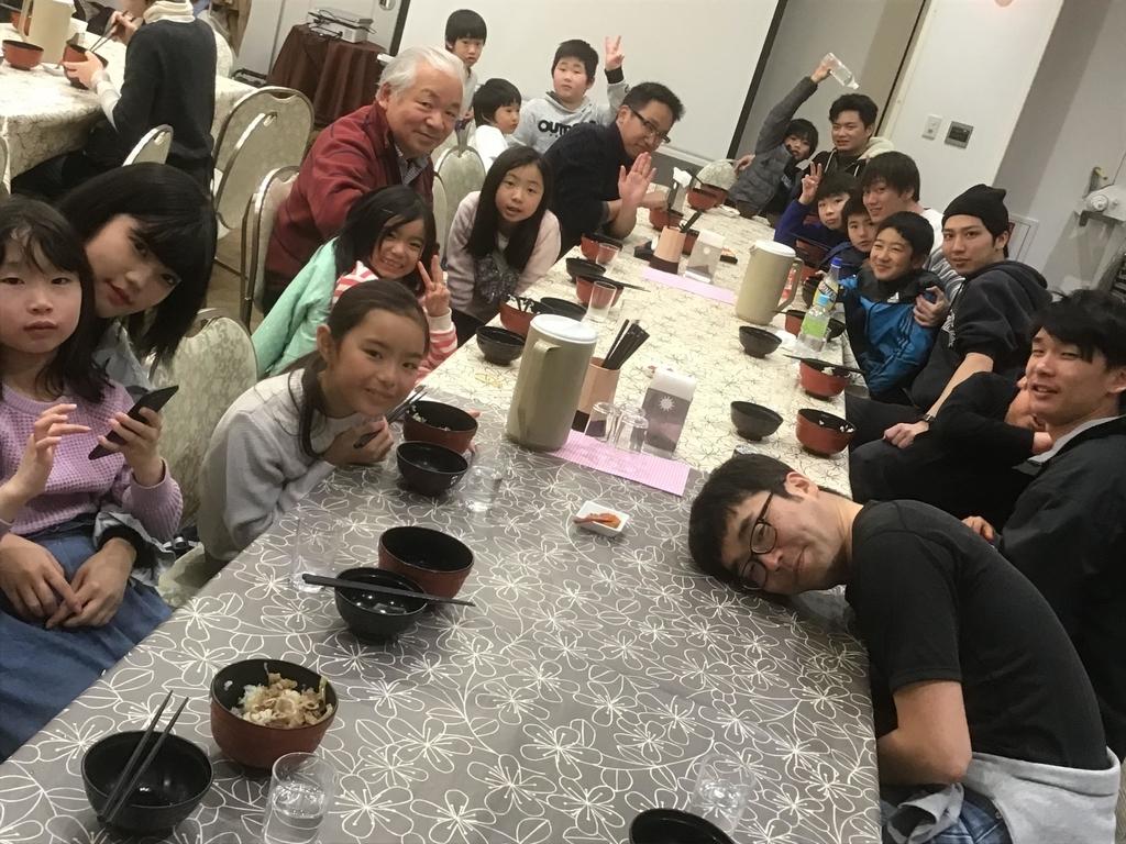 ボランティアの皆さんと一緒に食事