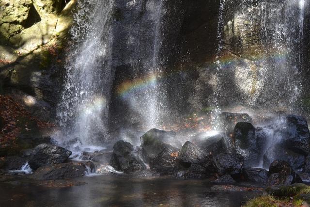 虹がかかる達沢不動滝