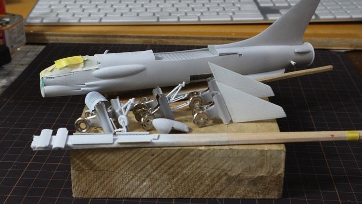 下地のホワイト塗装をしたF-8E(FN) クルーセイダーのプラモデルの部品