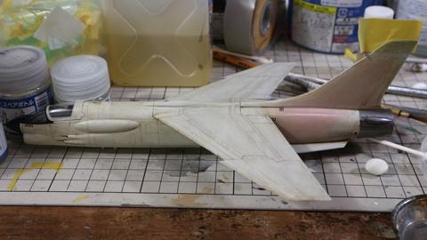 塗装が終わり、赤く変色が起きたのF-8E(FN)のプラモデル