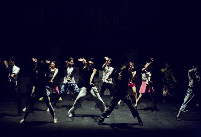 ダンスを踊る人たち