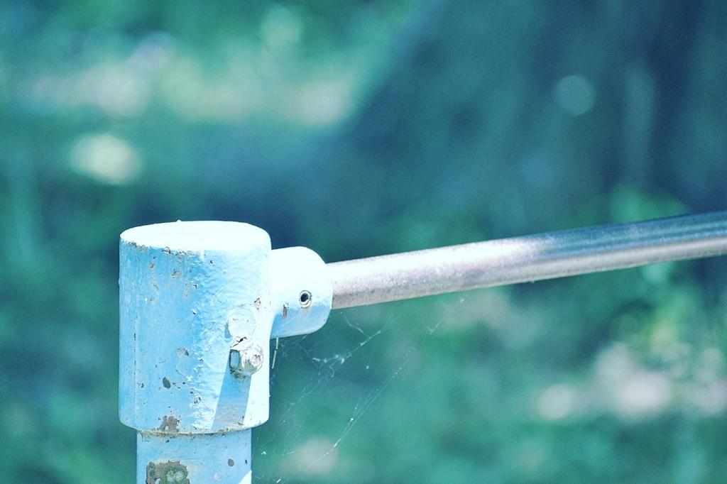 休日の公園の鉄棒
