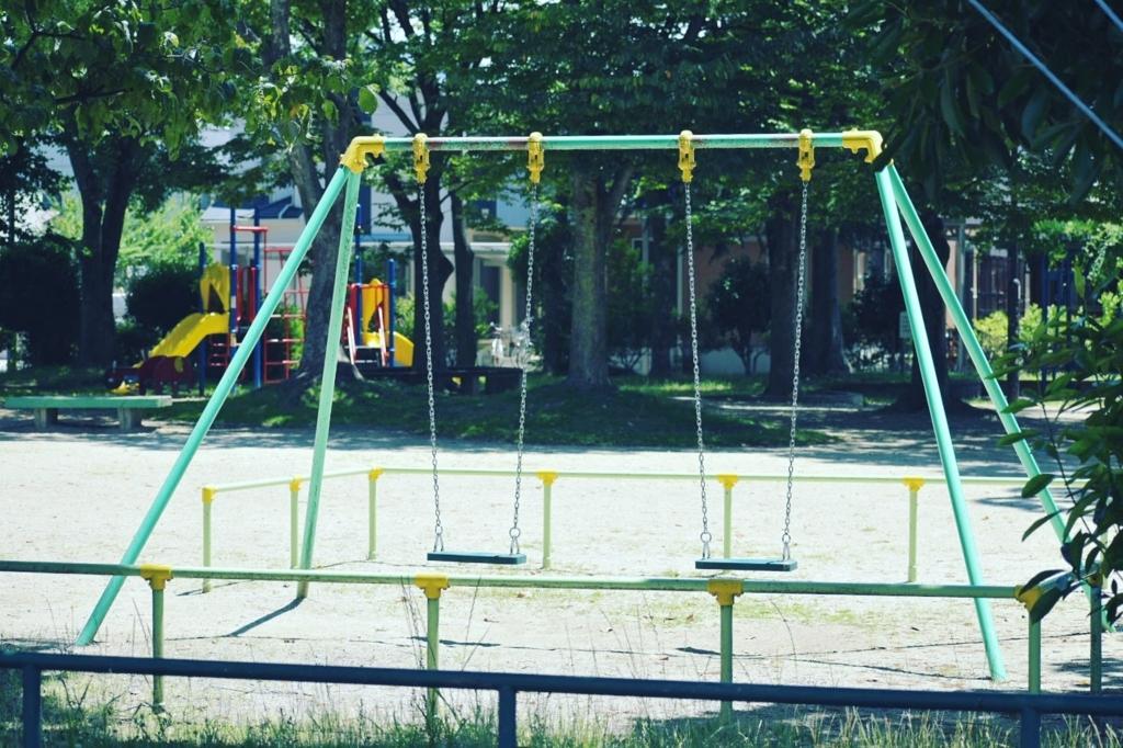 休日の公園のブランコ