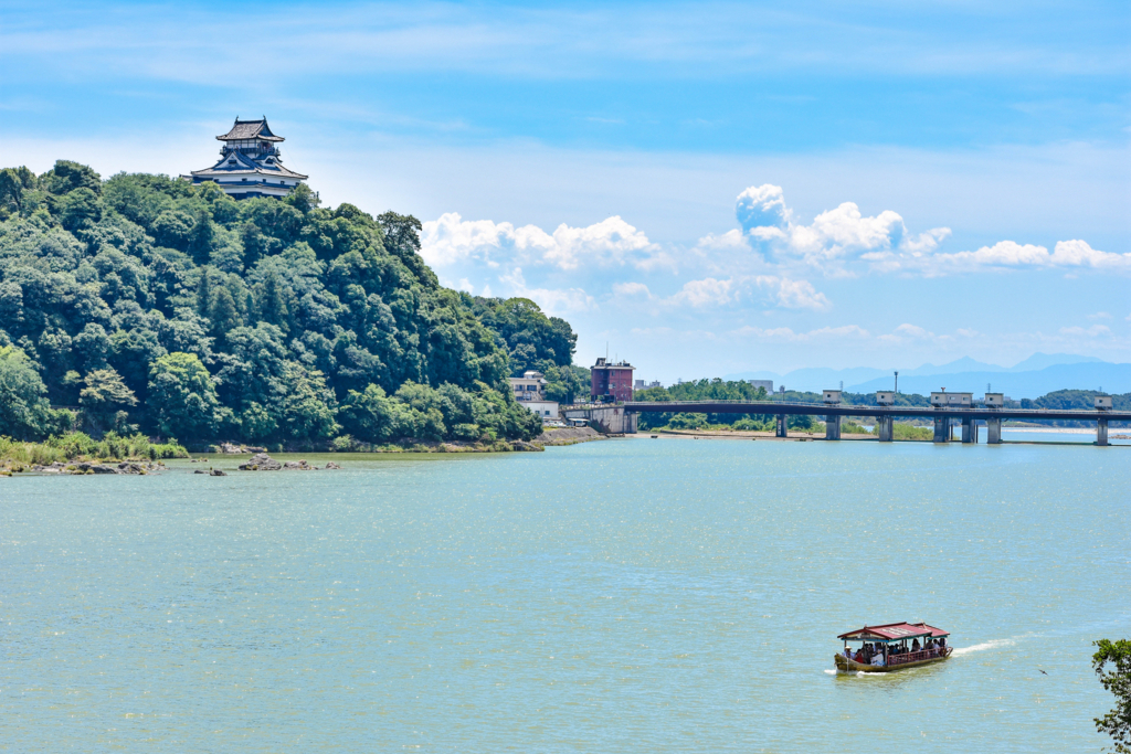 犬山橋から見える鵜飼いの観光船と犬山城