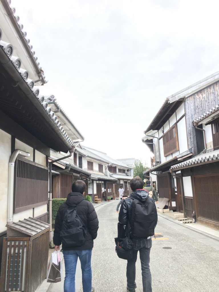 美観地区を歩くトシさん(右)と チーさん(左)