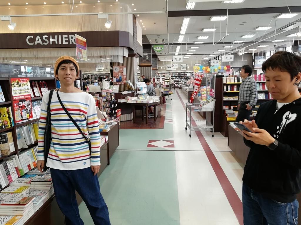 ヨスさん(左側)と、岡ブロ運営メンバーのチーさん(右側):啓文社岡山本店にて