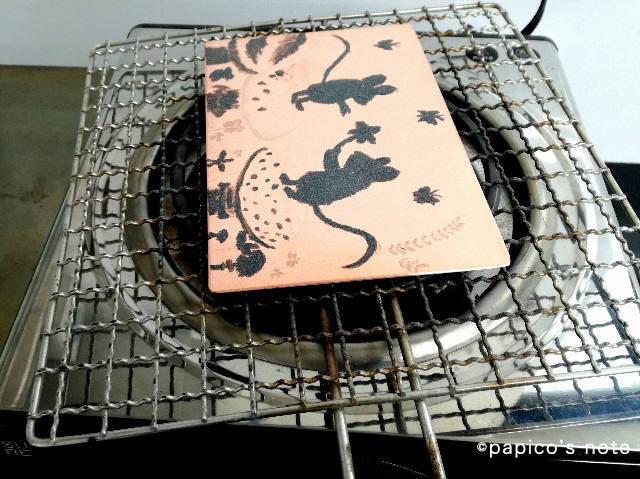 はじめての銅版画 松脂の粉をかけて温める