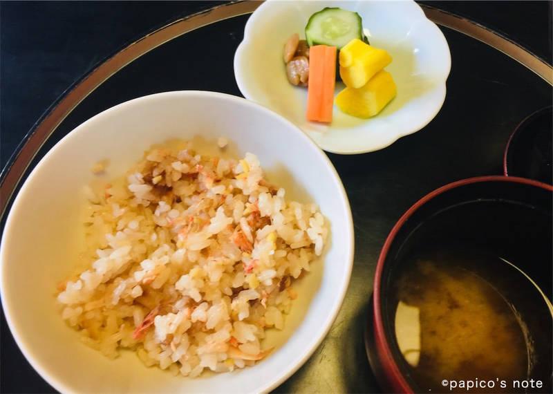 神楽坂 前田 食事 桜えびの炊き込みご飯、山芋の漬物、生麩の漬物、味噌汁