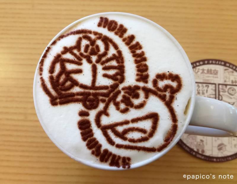 藤子不二雄ミュージアム カフェ ドラえもんとコロ助のカフェラテ
