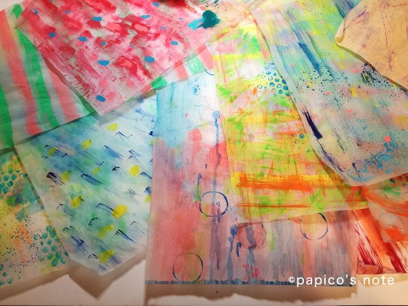 エリック・カール技法で絵を作る トレーシングペーパーに絵の具を塗ったもの