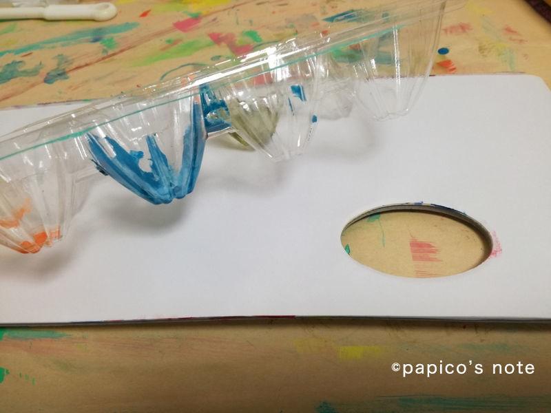 エリック・カール技法で絵を作る 紙パレットとたまごのケース