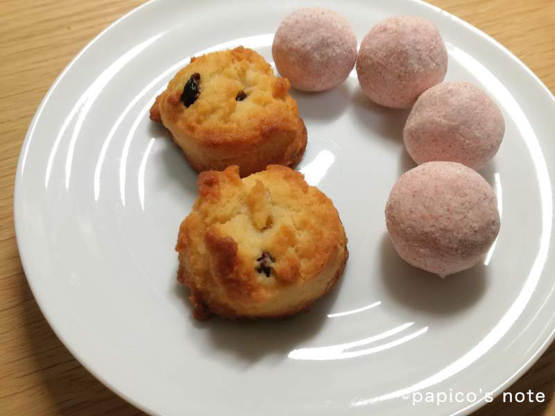 無印 ぶどうのクッキーといちごのブールドネージュ皿に乗せた状態