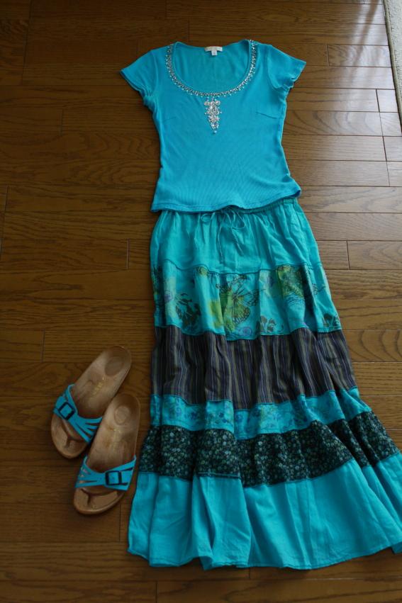 青の洋服のコーディネート