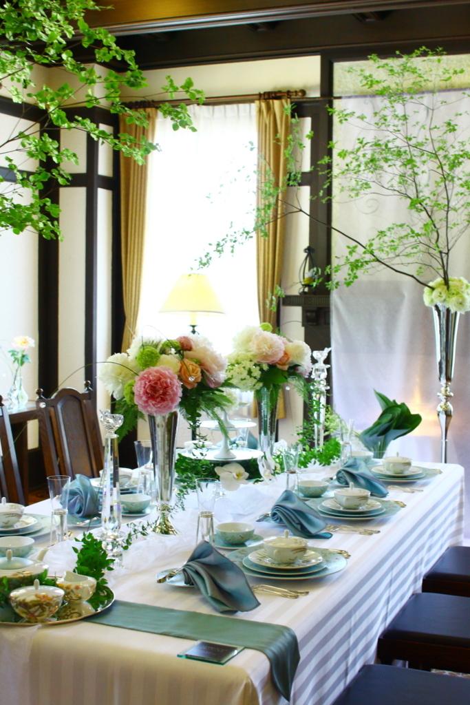 横浜山手西洋館 花と器のハーモニー2018 ベイリック・ホールのフラワーアレンジメントとレイノーの器を使ったテーブルコーディネート