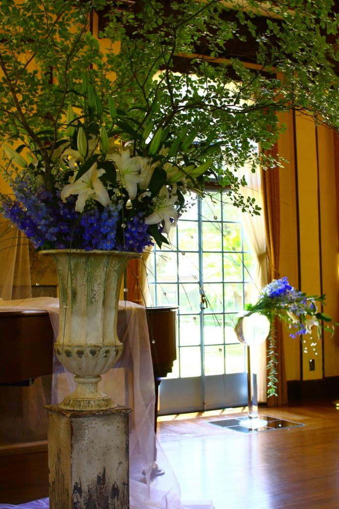横浜山手西洋館 花と器のハーモニー2018 ベイリック・ホールのユリを使った大きなフラワーアレンジメント
