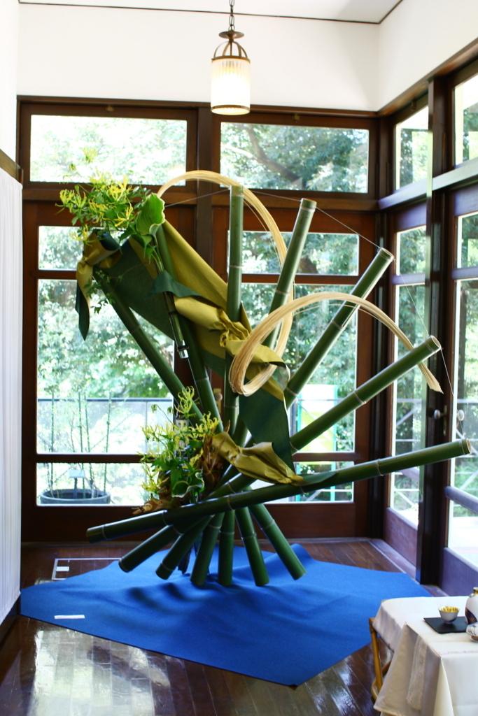 横浜山手西洋館 花と器のハーモニー2018 エリスマン邸の志穂美悦子さんのサンルームのフラワーアレンジメント
