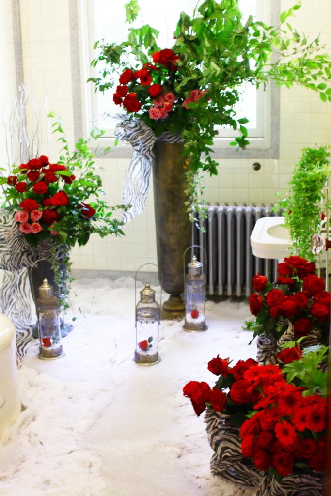 横浜山手西洋館 花と器のハーモニー2018 エリスマン邸の志穂美悦子さんのレオパード柄の紙を使ったフラワーアレンジメント