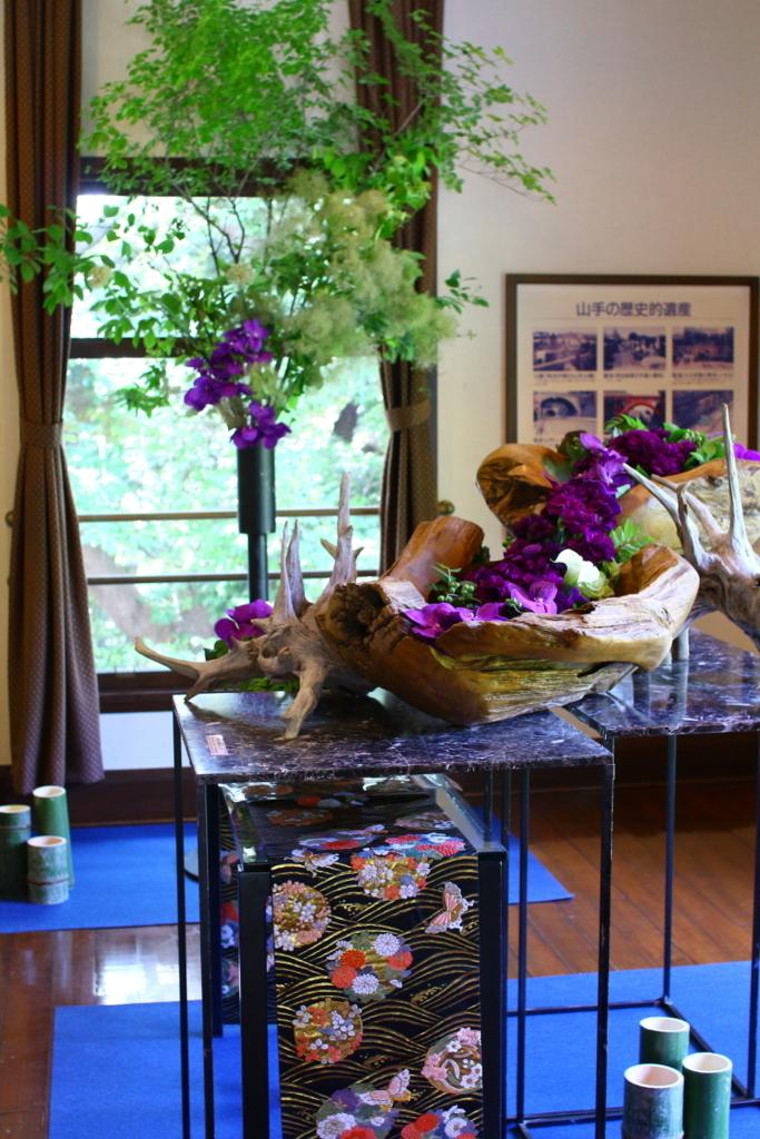 横浜山手西洋館 花と器のハーモニー2018 エリスマン邸の志穂美悦子さんの着物を使ったフラワーアレンジメント