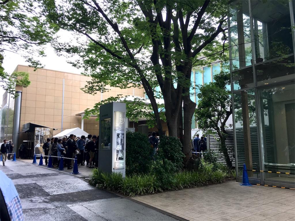 上野の森美術館のミラクルエッシャー展の入場行列