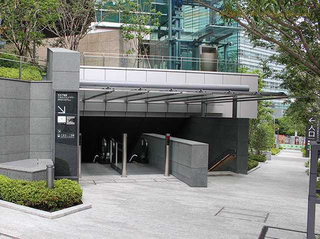 六本木一丁目駅 西改札出口.jpg