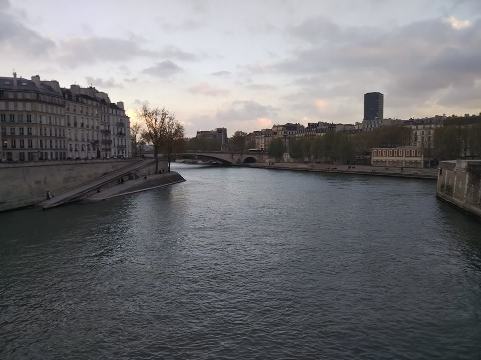 パリで見つけたセーヌ川/ノートルダム近くのアパート