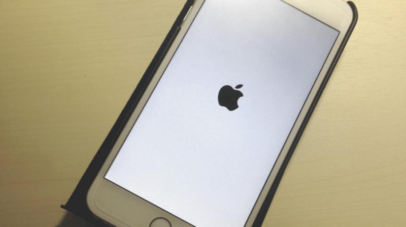 iOS 10をダウンロードしているiPhone