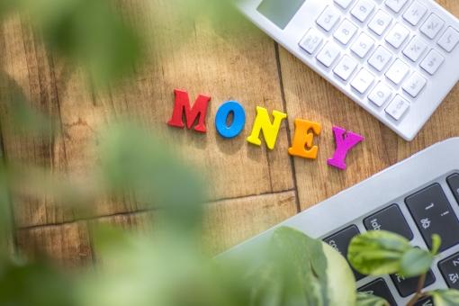 moneyの文字とPC