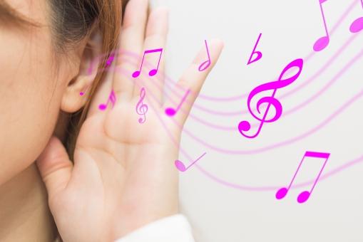 音符と女性の耳