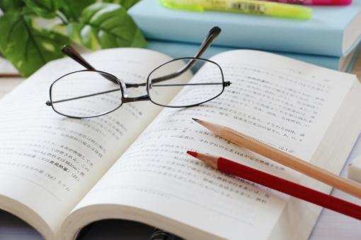 テキストと鉛筆とメガネの勉強イメージ