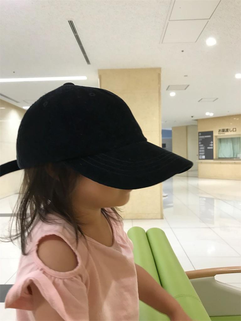 病院の待合室で待つ子供