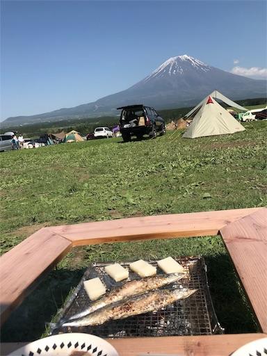 富士山と一緒にキャンプで秋刀魚の塩焼きを食べる