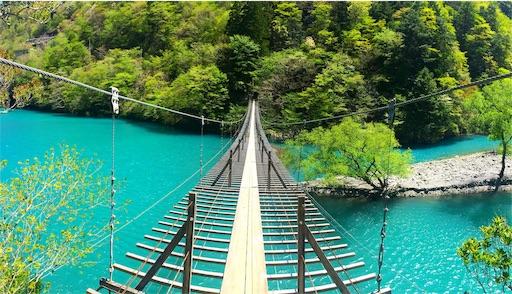寸又峡夢の吊り橋のコバルトブルーの湖面