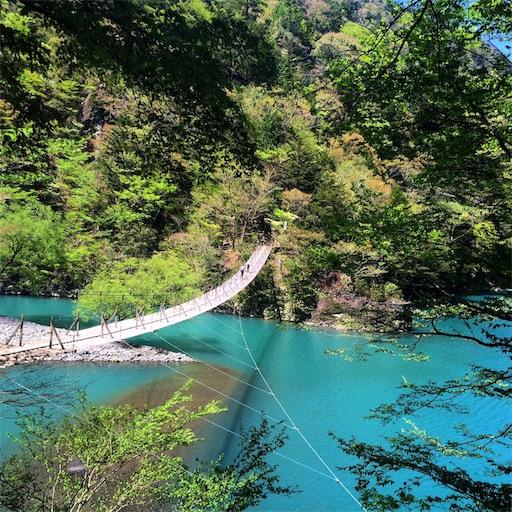 寸又峡夢の吊り橋のエメラルドグリーンの湖面