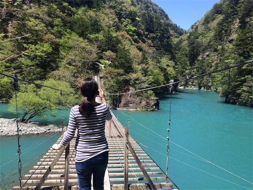 寸又峡夢の吊り橋で写真を撮る