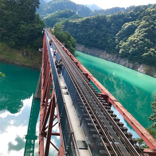 奥大井湖上駅と線路とコバルトブルーの湖面