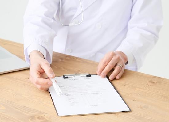 同意書にサインを求める男性医師