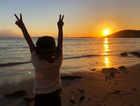 夕日と少年の写真