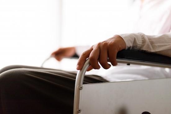 車椅子に乗る女性の写真
