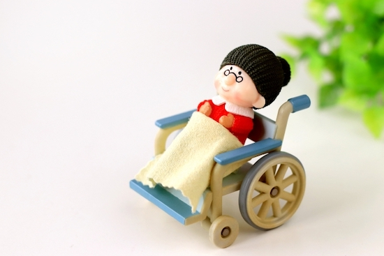 車椅子に乗るお婆ちゃんの写真