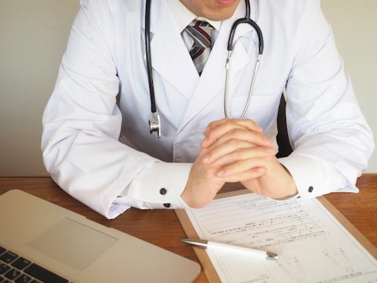 問診するドクターの写真