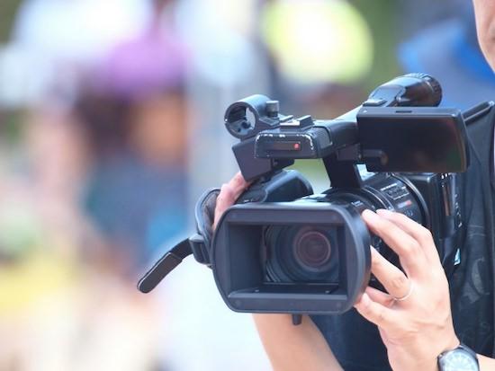 業務用ビデオ撮影をする人