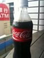 震災の影響で白キャップのコーラ。見慣れないから変