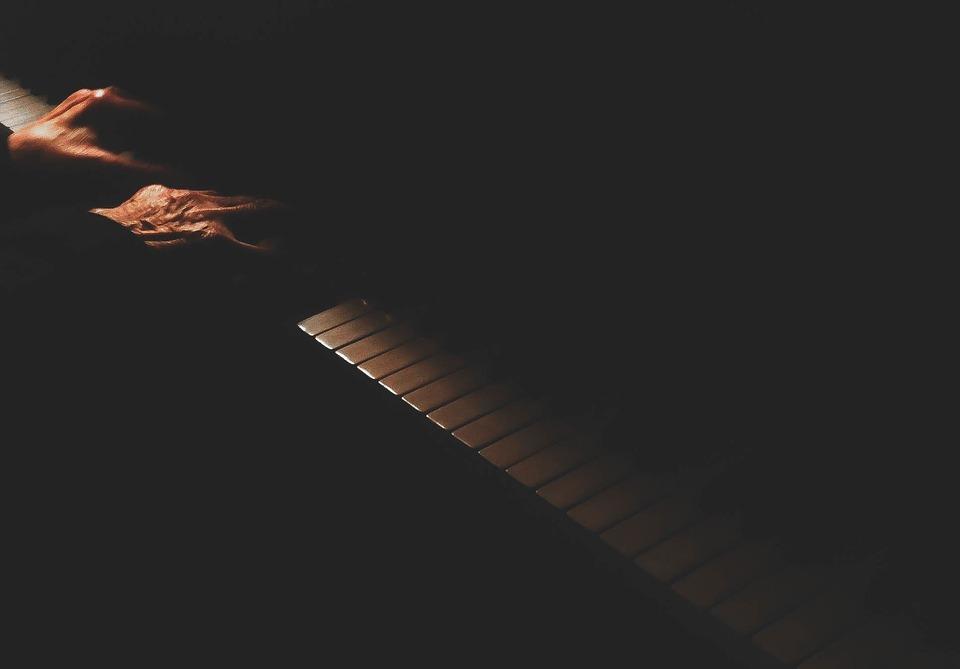 ピアノを弾く人物